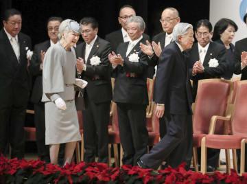 社会保険労務士制度の創設50周年を記念した式典に出席された天皇、皇后両陛下=5日午後、東京都千代田区(代表撮影)