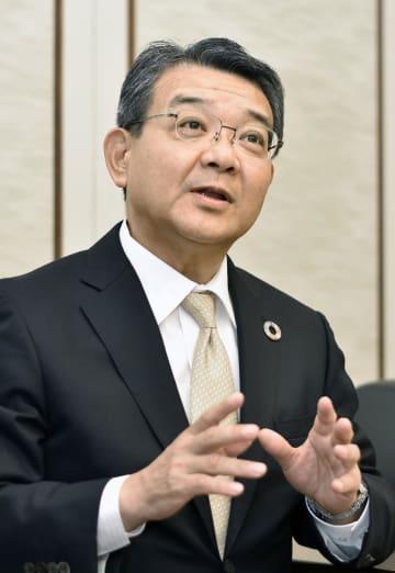 インタビューに答える関西みらいフィナンシャルグループの菅哲哉社長