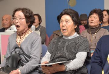 県警本部庁舎の見学でニセ電話詐欺防止の替え歌を歌う高齢者=水戸市笠原町