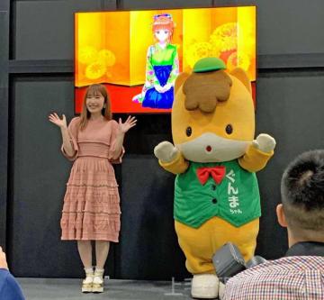 「ハルナ若葉」を紹介する内田さん(左)とぐんまちゃん
