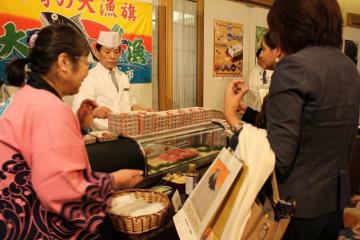 各国の大使館関係者らに神奈川の特産品が振る舞われたセミナー=5日午後、東京都文京区のホテル椿山荘東京