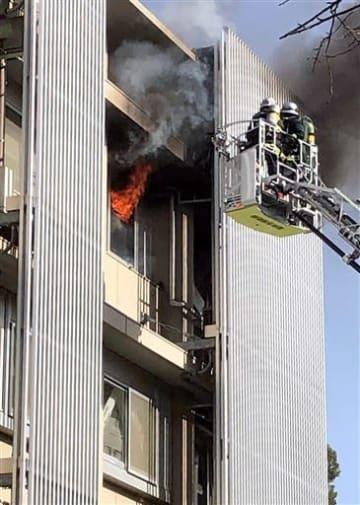 炎と黒煙が上がる熊本大理学部2号館4階の火災現場=5日正午ごろ、熊本市中央区黒髪2丁目