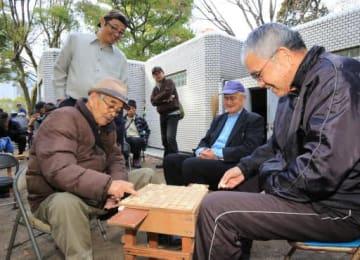 平和記念公園で将棋を楽しむ愛好家。毎日40人近くが集まる