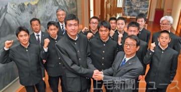 内山社長(手前右)と握手を交わし健闘を誓う大沢主将と樹徳陸上部の選手ら=前橋・上毛新聞社