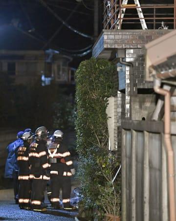 火災のあった大阪府熊取町の住宅=6日午前2時54分