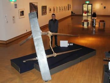 作品展「心に残るふるさとの景色 細江光洋の世界展」の会場に展示されている手橇の実物=飛騨市古川町若宮、市美術館