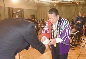 青山市長に益金の一部を寄付する坂下組合長