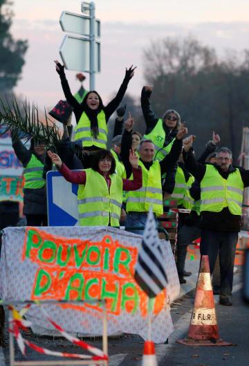 5日、フランス西部の路上で政府に抗議する人々(ロイター=共同)