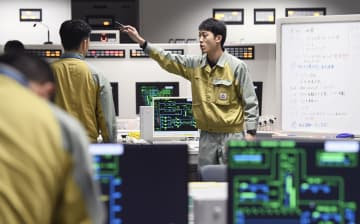 大規模停電を想定した中部電力の防災訓練で、浜岡原発4号機の中央制御室を模した設備で対応に当たる担当者=6日午前、静岡県御前崎市