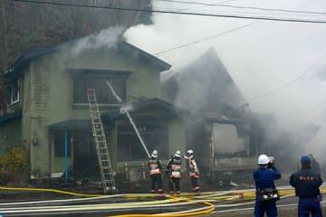 煙を上げ燃え続ける外ケ浜町三厩六條間の火災現場=6日午前9時40分ごろ