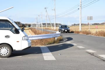 田園型事故を防ごうと、県警と下野市が設置したポール=5日午後、下野市橋本