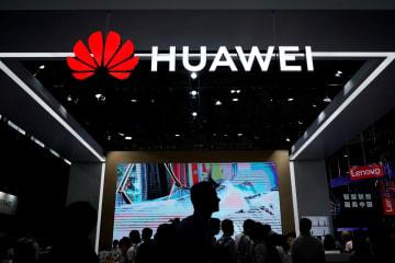 6月、中国の上海で開かれた先端技術の見本市で、出展したファーウェイの看板(ロイター=共同)