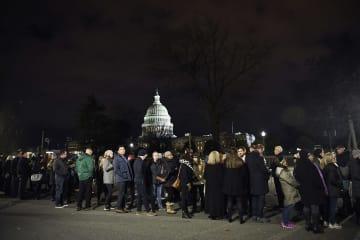 ブッシュ元大統領弔問に訪れる米市民 ワシントン