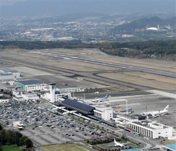 県がJR豊肥線の分岐・延伸によるアクセス改善を検討している熊本空港周辺。右奥は県民総合運動公園=2017年4月