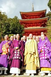 神戸十三仏霊場会ツアーを企画した寺院の住職ら=神戸市北区道場町生野