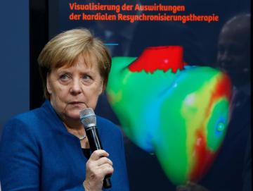 4日、ドイツ南部ニュルンベルクで開かれた会合に出席するメルケル首相(ロイター=共同)