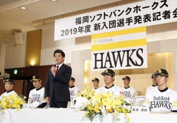ソフトバンクの新入団選手発表で、あいさつする工藤監督=6日、福岡市内のホテル
