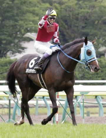 平地競走で初勝利を挙げたオジュウチョウサンとファンの歓声に応える武豊騎手=7月、福島競馬場