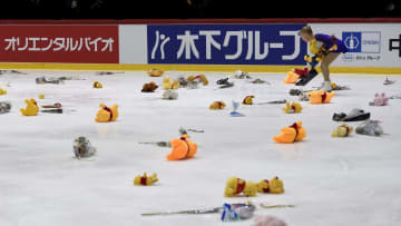 GPフィンランド大会ショートプログラムでの羽生の演技後、リンクに投げ込まれた「くまのプーさん」のぬいぐるみ=11月、ヘルシンキ(ロイター=共同)