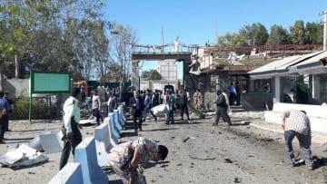 6日、イラン南東部チャバハルで、爆発現場を調べる当局者ら(ゲッティ=共同)