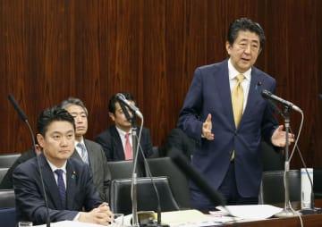 参院法務委で答弁する安倍首相。左は山下法相=6日午後