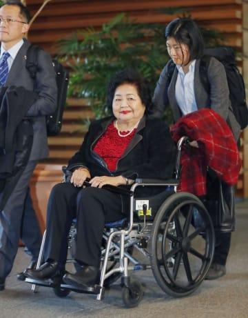 西村康稔官房副長官との面会を終え、引き揚げるサーロー節子さん=6日午後、首相官邸