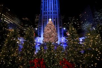 NYのロックフェラーセンターでクリスマスツリー点灯