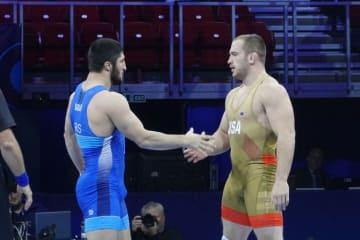 10月の世界選手権で対戦した2人のオリンピック王者。試合後、スナイダー(右)はサデュラエフの勝利をたたえた