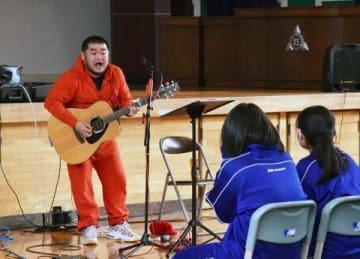 母校の江別第三中で生徒を前に熱唱する武田英祐一さん