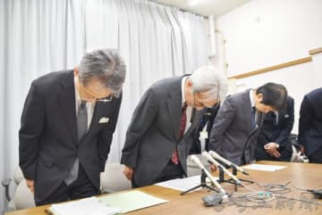 結核の見落としを謝罪する県立がんセンターの坂本裕彦病院長(左から2人目)ら関係者=6日午後、県庁