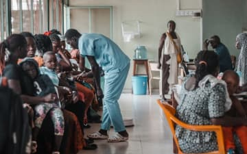 患者さんであふれるシモン・メンデス国立病院。© Raul Manarte/MSF