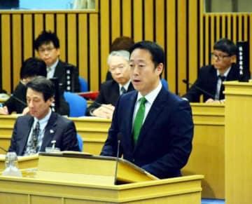 市議会本会議の冒頭、事故状況や市の対応を説明する福田市長(右端)
