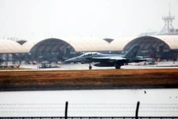 事故後も米軍機の離陸が相次いだ岩国基地。機体は海軍の空母艦載機