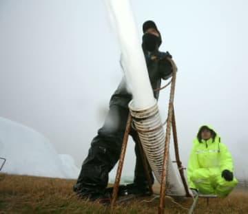 オープンに向け、造雪機をフル稼働させてゲレンデをつくる従業員=6日、九重町の九重森林公園スキー場