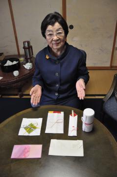 折形を紹介する飯田猷子さん=つくば市神郡