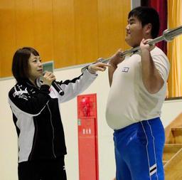 生徒に競技を指導する三宅宏実選手(左)=淡路高校
