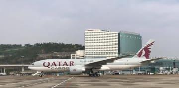 マカオ国際空港に駐機中のカタール航空の貨物専用機(写真:CAM)