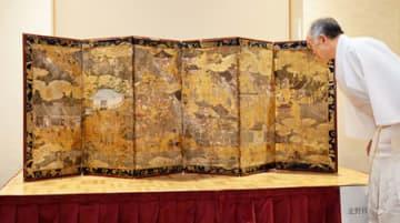 作風から最古級の作品と分かった「北野社頭図屏風」(6日午後3時55分、京都市上京区・北野天満宮)