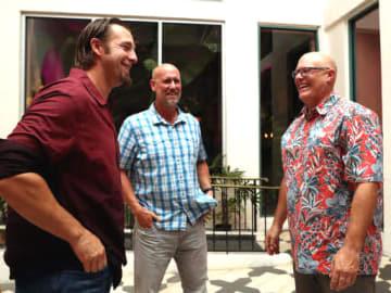 優勝旅行先のハワイでチームに合流し、エルドレッド(左)をねぎらうシュールストロム(右)とマクレーン=2日