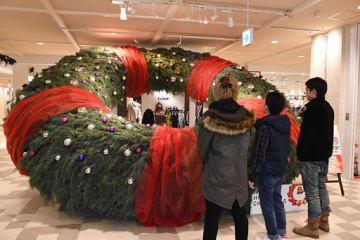 ヒロロ1階に25日まで飾られている巨大クリスマスリース
