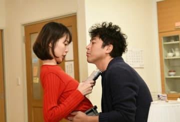 女優の戸田恵梨香さんが主演し、俳優のムロツヨシさんが出演するドラマ「大恋愛~僕を忘れる君と」の第9話の1シーン(C)TBS