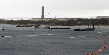 沖縄県名護市辺野古沖の工事現場海域で停泊する作業船と警戒する海上保安庁のボート。奥はキャンプ・シュワブ=7日午前10時39分
