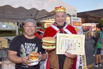 なめパックンプレミアムを考案した行方市商工会イベント隊の大平昭市さん(左)と、大食い大会で優勝した富永勇さん=行方市麻生