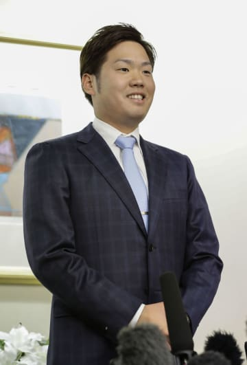阪神に入団が決まり、記者の質問に答える西勇輝投手=7日午後、大阪市
