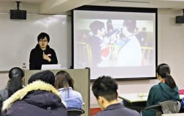 eスポーツビジネスの現状などについて講演するRIZeSTの山口雄大さん=新潟市中央区