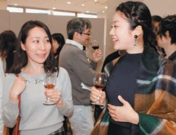 ワインの試飲を楽しむ参加者=大分市