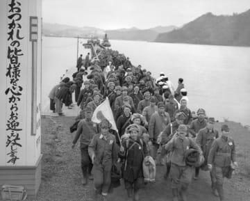 京都・舞鶴に着き、上陸するシベリアからの引き揚げ者たち=1949年12月