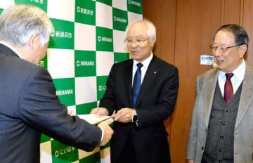 石川市長に提言書を提出する曽我部会長(中央)