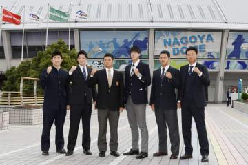 ナゴヤドームでポーズをとる根尾昂内野手(左から3人目)ら中日の新入団選手=7日