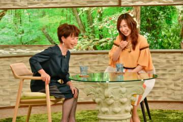 8日に放送されるトーク番組「サワコの朝」に出演する阿川佐和子さん(左)と森口博子さん=MBS提供